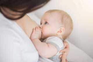 الاقتصار على الرضاعة الطبيعية.. هل تغذية طفلك صحيحة؟